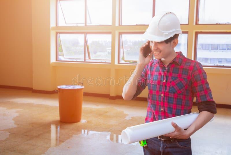 L'entretien d'ingénieur utilisant la participation de téléphone portable et de main a roulé des modèles avec le fond intérieur de images libres de droits