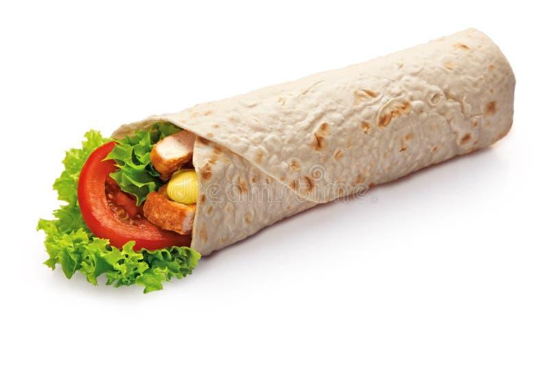 L'enveloppe de chiche-kebab de poulet avec de la salade verte et les légumes se ferment vers le haut de d'isolement sur le fond  photos libres de droits