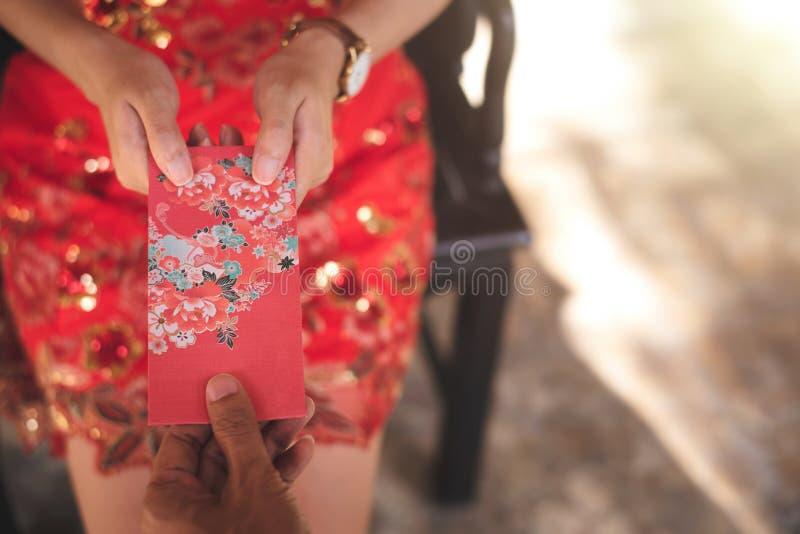 L'enveloppe rouge chinoise Ang Pao Chinese de nouvelle année et la culture asiatique est donnant dedans célèbrent le festival image stock