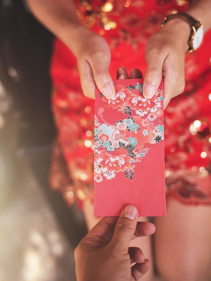 L'enveloppe rouge chinoise Ang Pao Chinese de nouvelle année et la culture asiatique est donnant dedans célèbrent le festival, se photos stock