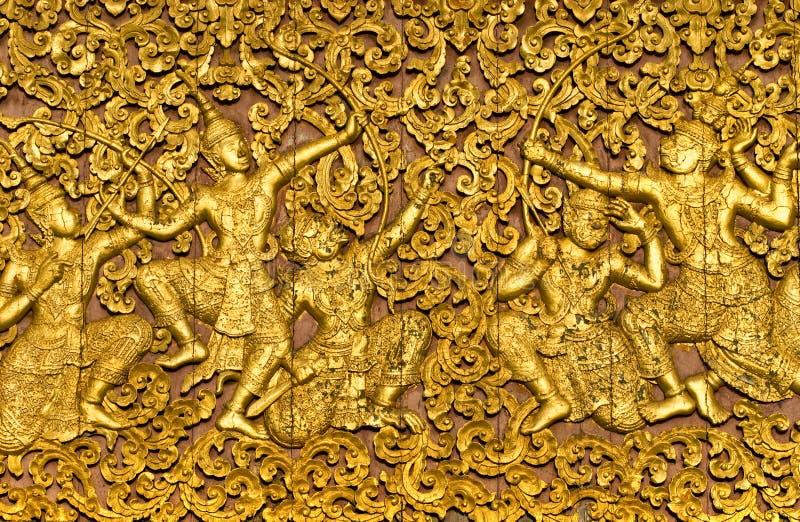 L'epica di ramayana ha intagliato su un portello di legno all'interno di una t immagini stock libere da diritti