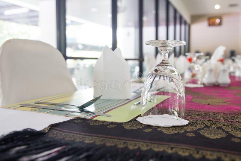L'erba dell'acqua sistema sulla tavola dinning fotografie stock libere da diritti