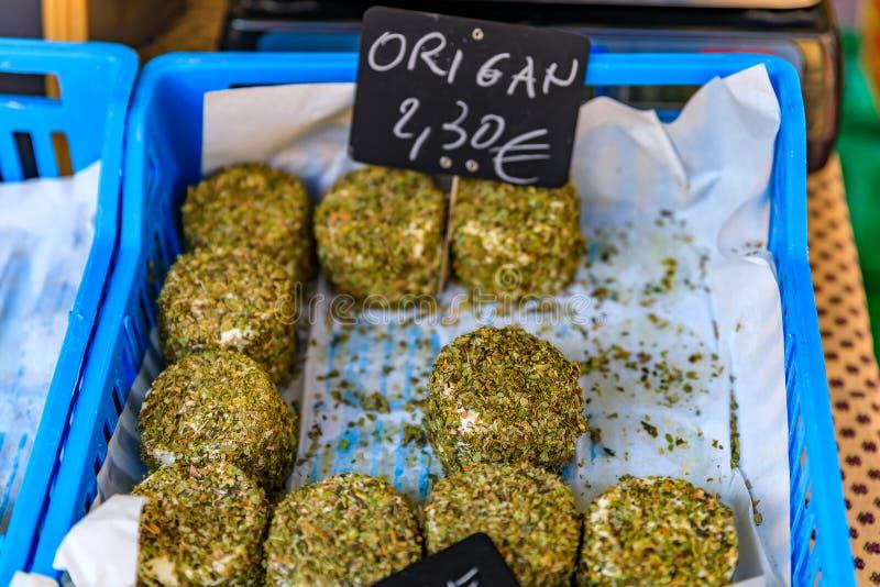 L'erba ha ricoperto il formaggio ad un mercato degli agricoltori Nizza in Francia fotografia stock