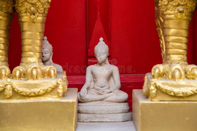 L'errore bianco di seduta della statua di Buddha dentro crea al tempio Tailandia fotografie stock