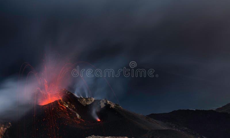 L'eruzione di Strombolian dal vulcano di Stromboli con lava trascina l'esplosione fotografie stock libere da diritti
