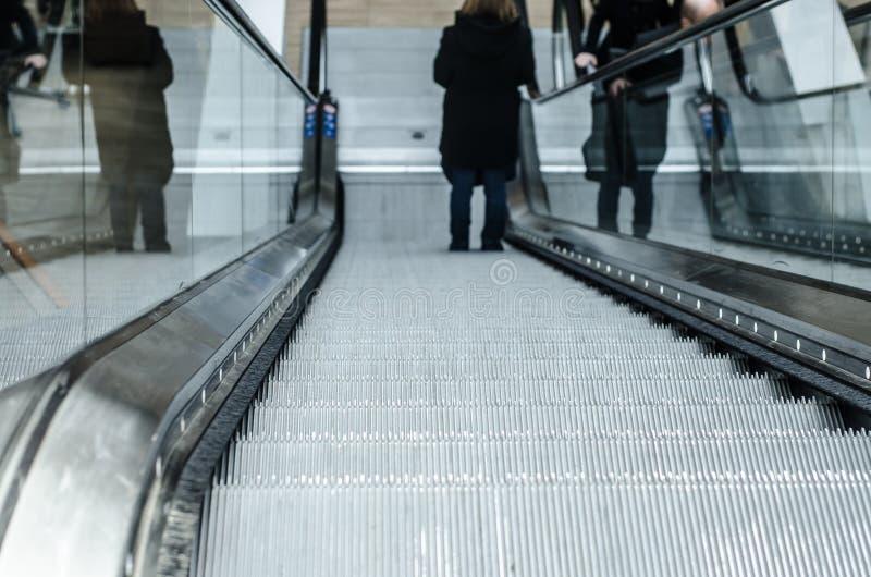 L'escalator ramène, vers le haut de dans la chambre photographie stock libre de droits