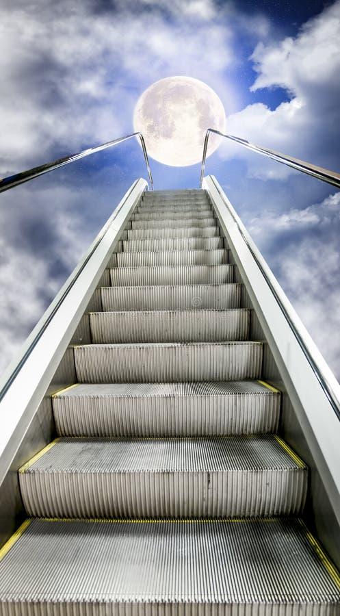 L'escalator se déplace jusqu'au ciel étoilé avec une lune photographie stock libre de droits
