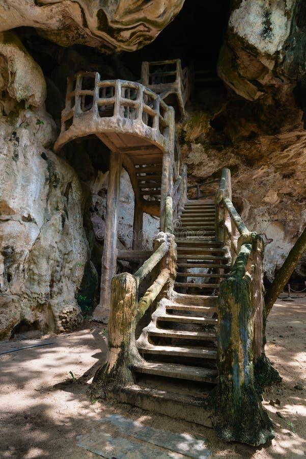 L'escalier amenant un visage de roche a conçu pour ressembler à antique, photographie stock