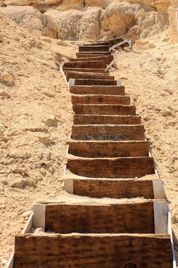L'escalier en bois amène dans les roches images libres de droits