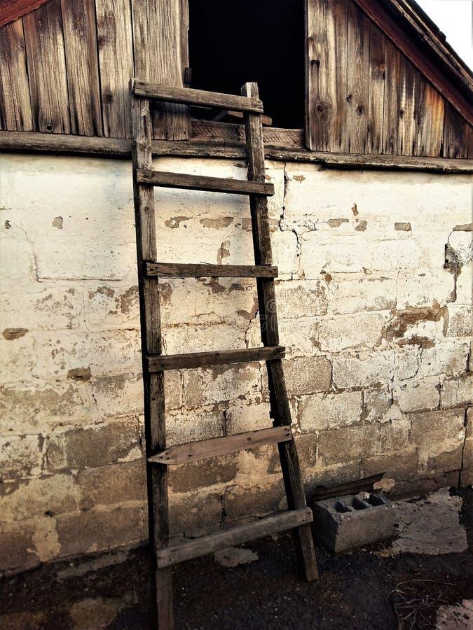 L'escalier en bois au grenier de la grange image libre de droits