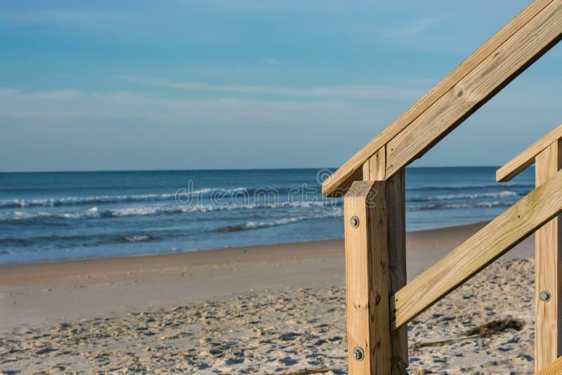 L'escalier fait un pas au bord de la plage photos libres de droits