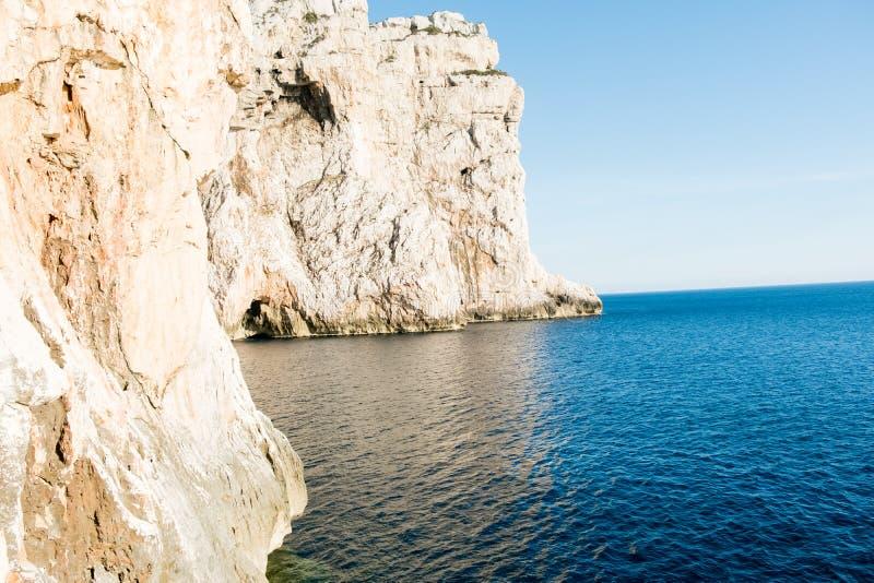 L'escalier menant à la grotte du ` s de Neptune, en falaises de Caccia de capo, près d'Alghero, en Sardaigne, l'Italie images stock
