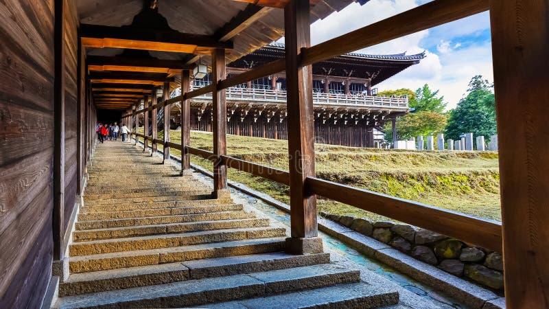 L'escalier Nigatsu-font Hall de complexe de Todi-JI à Nara image libre de droits