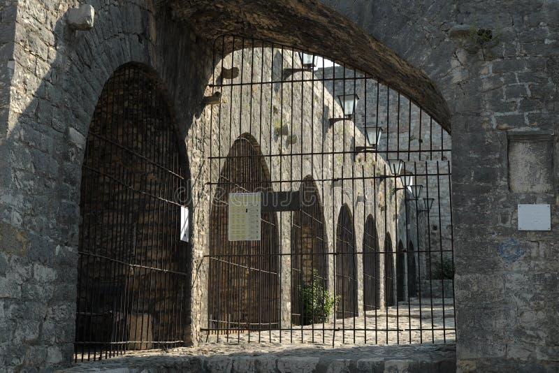 L'esclave Market Surrounded By arque dans la vieille ville d'Ulcinj, Monténégro photo libre de droits