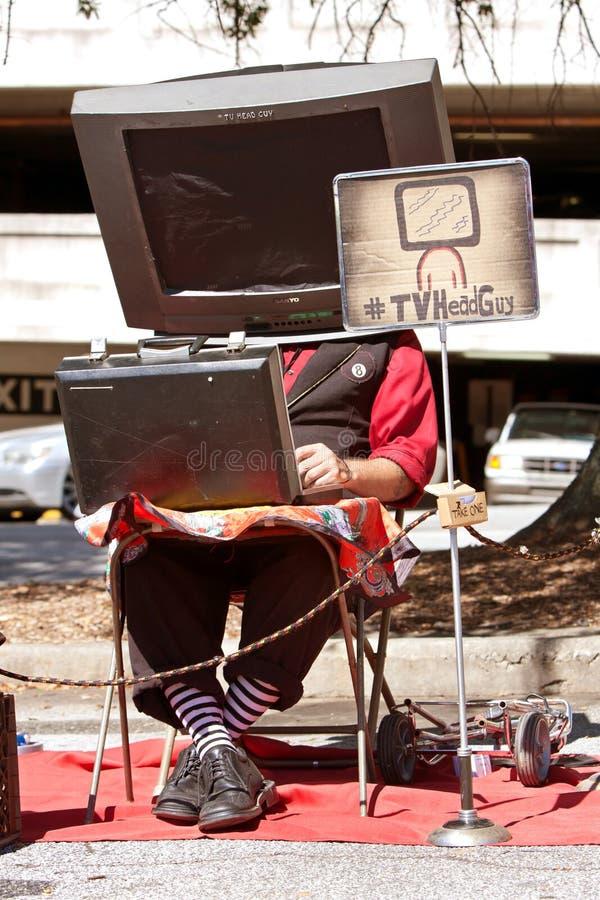 L'esecutore della via indossa la TV sulla testa al creatore Faire fotografia stock