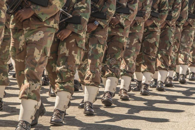 L'esercito sudafricano marcia nella formazione, portante i fucili immagini stock libere da diritti