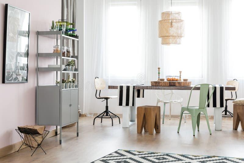 L'espace avec la table de salle à manger photographie stock