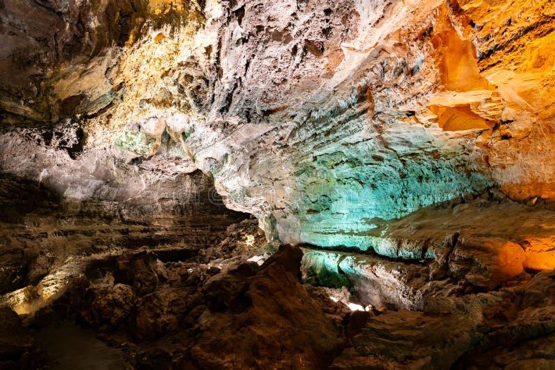 L'espace coloré en Cueva de los Verdes, un tube de lave étonnant et attraction touristique sur l'île de Lanzarote, Espagne images stock