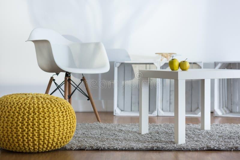 L'espace confortable de relaxation dans le grenier conçu moderne photographie stock libre de droits