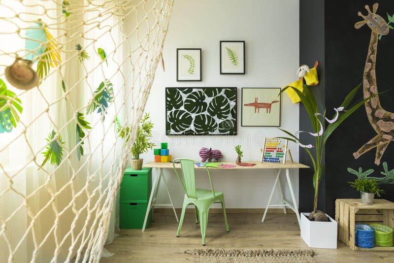 L'espace d'étude d'enfants avec le bureau images stock