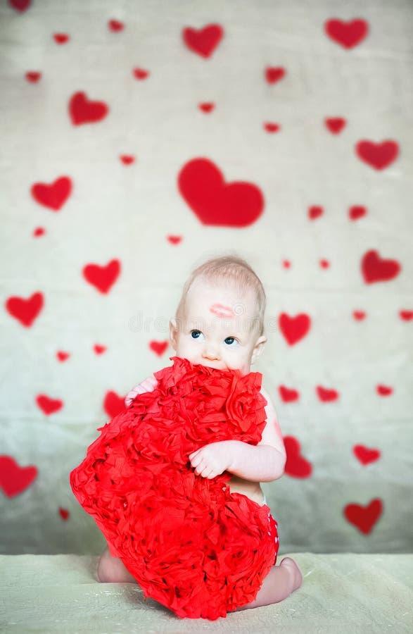 L'espace de copie de concept de Saint-Valentin Peu bébé avec des baisers de rouge à lèvres Une fille avec un saint rouge Valentin images libres de droits