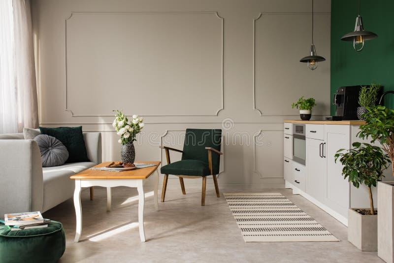 L'espace de copie sur le mur gris vide de la cuisine ouverte élégante de plan photo libre de droits