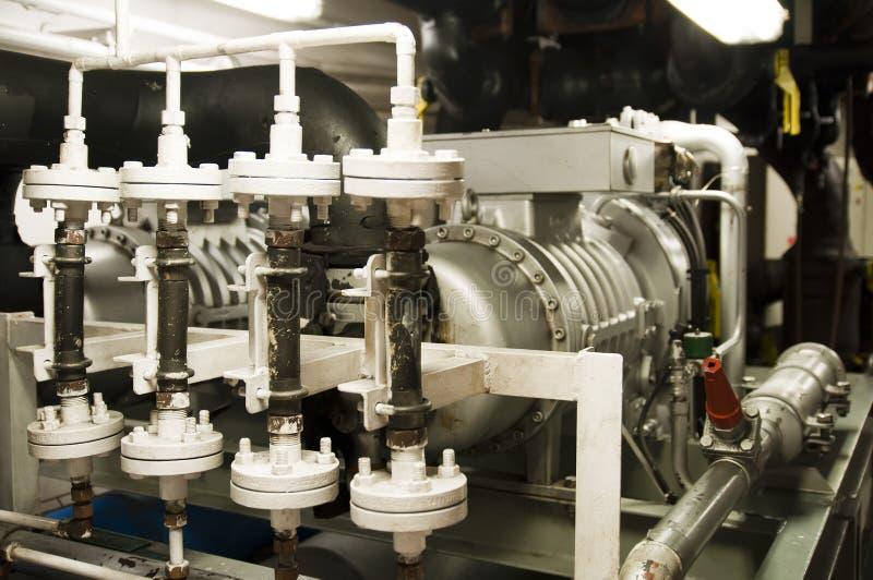 L'espace de machines lourdes - tuyaux, valves, moteurs images libres de droits