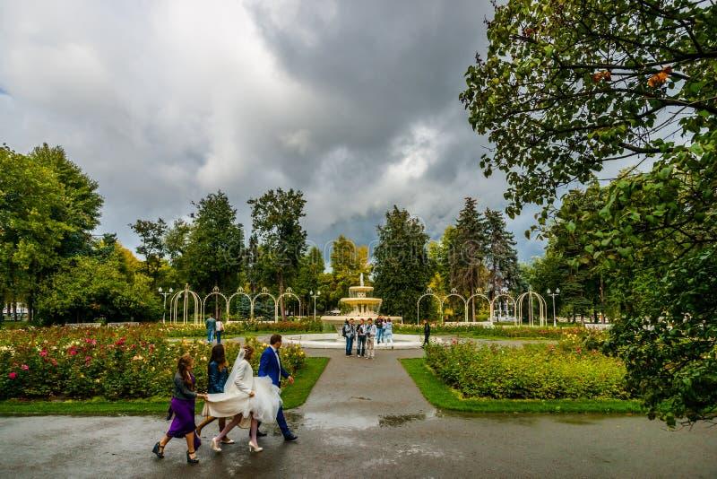 L'espace de nuage donne assez de temps et de lumière de faire une photo de mariage image libre de droits