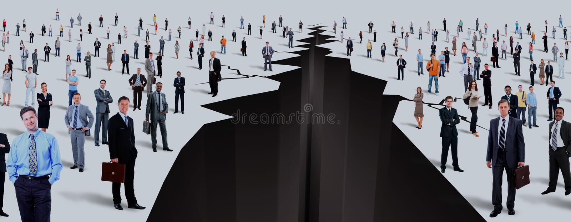 L'espace entre deux grands groupes de personnes image stock