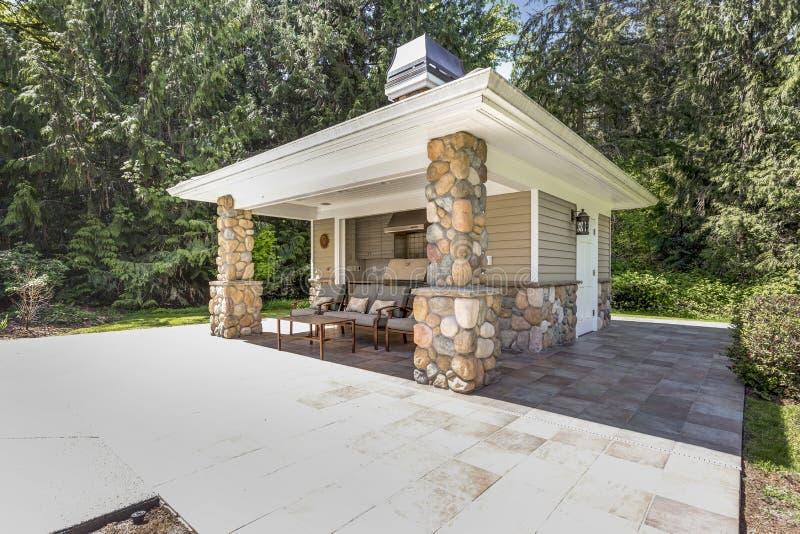 L'espace extérieur chic de cuisine avec les colonnes en pierre photographie stock