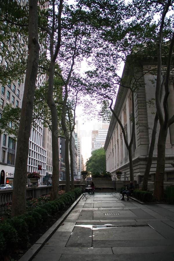 L'espace faisant le coin entre la bibliothèque de New York et la rue photographie stock