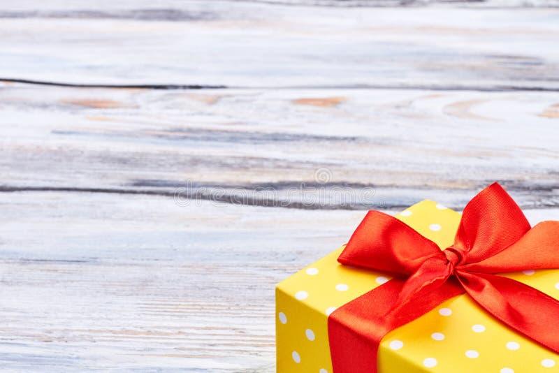 L'espace jaune de boîte-cadeau et de copie images libres de droits