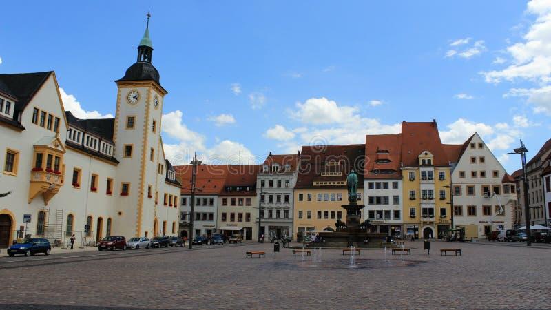 L'espace ouvert de la vieille ville historique Freiberg avec la fontaine photos libres de droits