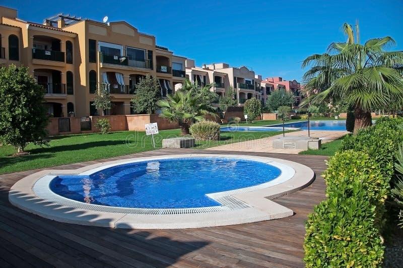 L'espace piscine dans un complexe de bâtiment résidentiel à Cala Blava photographie stock libre de droits