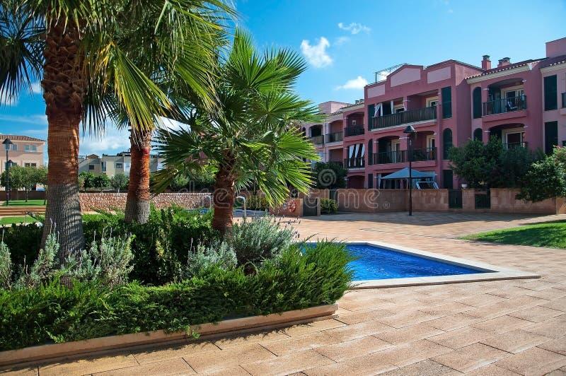 L'espace piscine dans un complexe de bâtiment résidentiel à Cala Blava photos libres de droits
