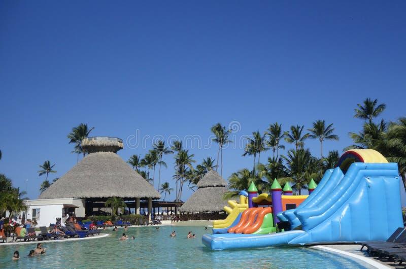 L'espace piscine maintenant à l'hôtel inclusif de Larimar situé à la plage de Bavaro dans Punta Cana, République Dominicaine  photo stock