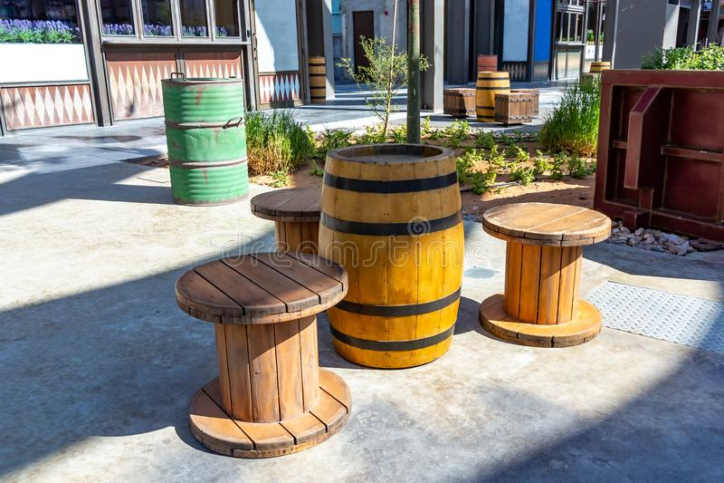 L'espace public peu commun dans la ville - une table de vieux barils et chaises de grandes bobines pour des cordes photos libres de droits