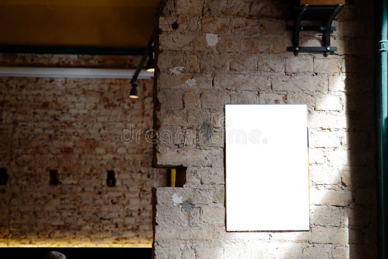 L'espace vide d'annonce sur un mur en béton d'un bâtiment à l'intérieur d'une barre images stock