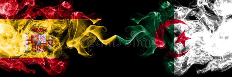 L'Espagne contre l'Algérie, drapeaux mystiques fumeux algériens placés côte à côte Épais coloré soyeux fume le drapeau d'espagnol image libre de droits