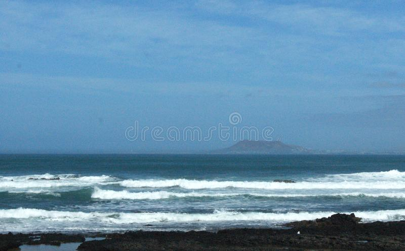 L'Espagne, Fuerteventura, vue vers Lanzarote de Corralejo photographie stock libre de droits