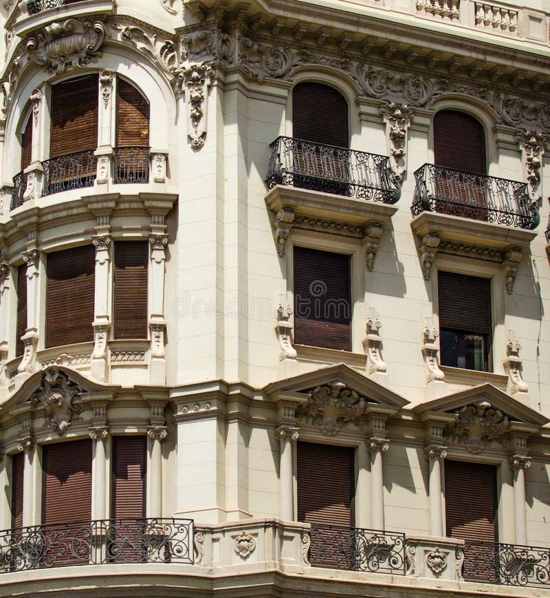 L'Espagne, Grenade, trois histoires des fenêtres chacune avec la conception, l'architecture et la décoration différentes image stock