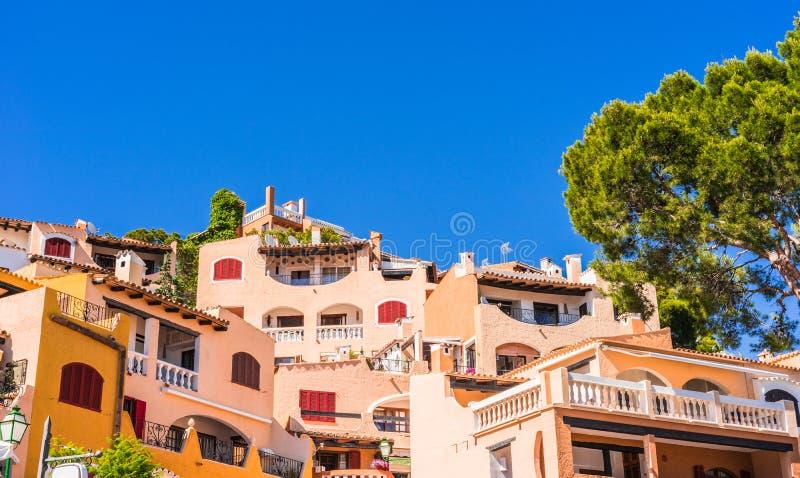 L'Espagne Majorca, maisons colorées de Cala Fornells photographie stock libre de droits