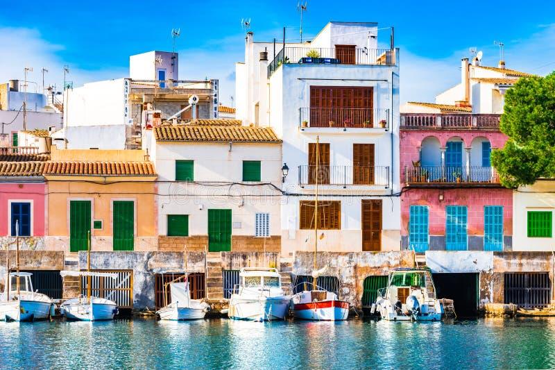 L'Espagne Majorca, port idyllique de Porto Colom avec les maisons colorées images libres de droits