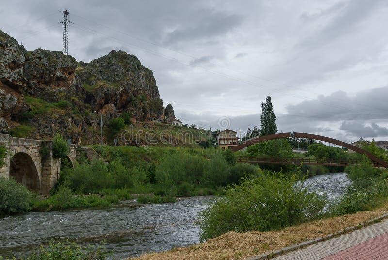 l'espagne Pont en fer et pont en pierre de Cervera de Pisuerga Palencia photographie stock libre de droits