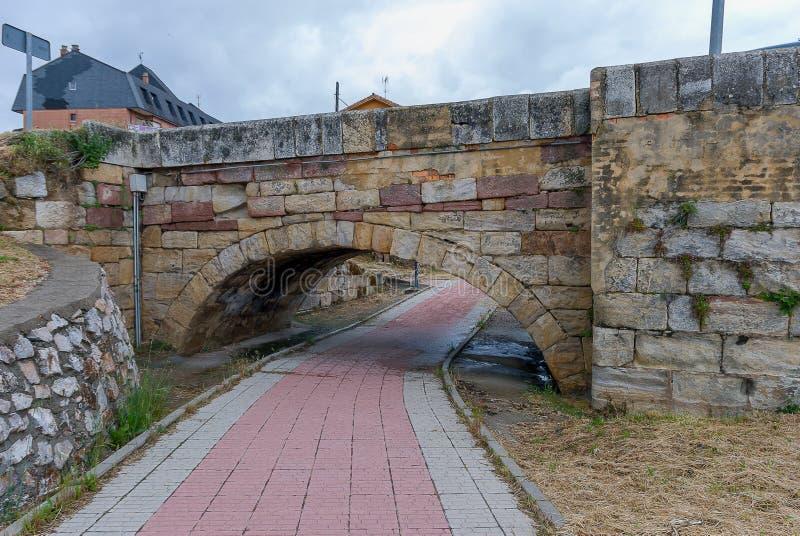 l'espagne Pont en pierre de la rue le mur de Cervera de Pisuerga Palencia photos libres de droits
