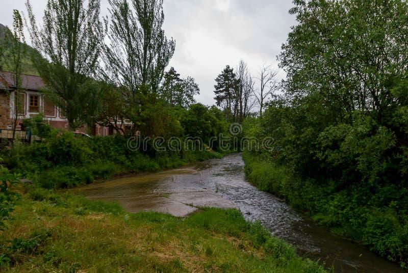 l'espagne Rio Pisuerga comme il traverse Cervera de Pisuerga Palencia photographie stock