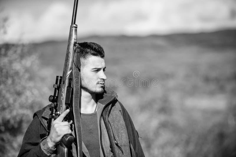 L'esperienza e la pratica presta la caccia di successo Ambiente della natura di caccia del tipo Attività maschile di hobby Stagio fotografia stock