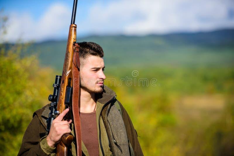 L'esperienza e la pratica presta la caccia di successo Ambiente della natura di caccia del tipo Attività maschile di hobby Stagio immagine stock libera da diritti