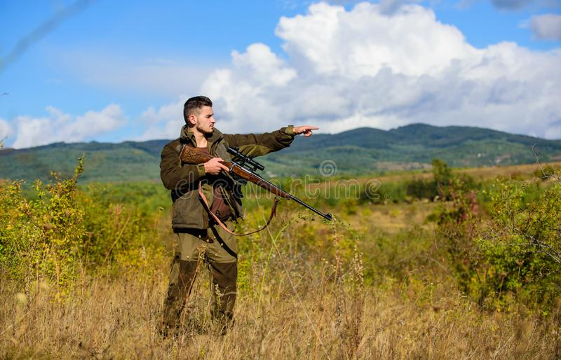 L'esperienza e la pratica presta la caccia di successo Ambiente della natura di caccia del tipo Pistola o fucile dell'arma di cac immagini stock libere da diritti