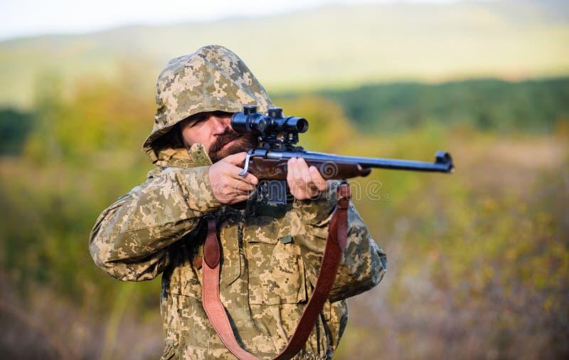L'esperienza e la pratica presta la caccia di successo Come caccia di giro nell'hobby Attività maschile di hobby Stagione di cacc fotografia stock libera da diritti